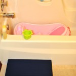 Kneepad in front of the bath